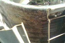 Наружный блок кондиционера разобрали для чистки от грязи
